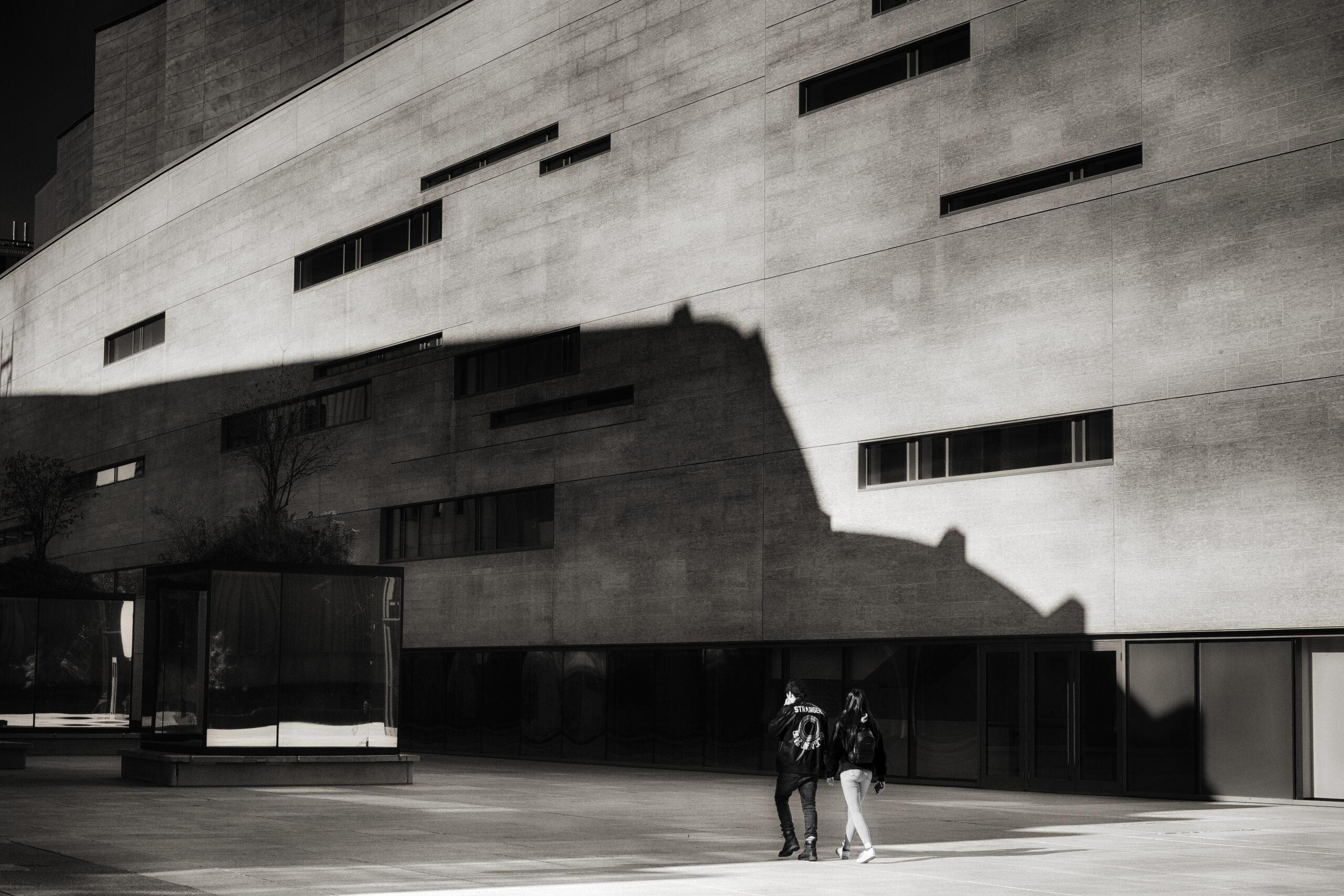 Deux promeneurs à la Maison Symphonique Montréal